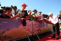 Bernie Ecclestone, firma de autógrafos para los fans