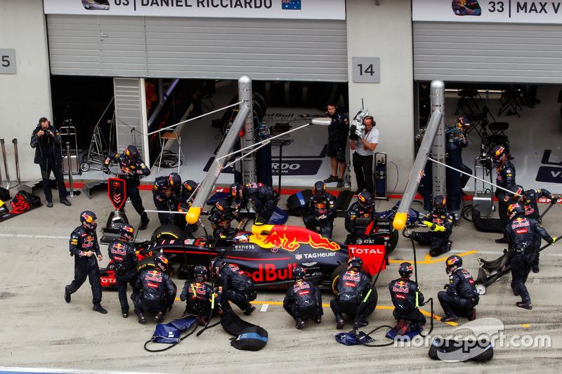 Max Verstappen, Red Bull Racing RB12 hace una parada en boxes