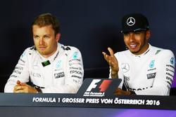 Nico Rosberg, Mercedes AMG F1 et son équipier Lewis Hamilton, Mercedes AMG F1 lors de la conférence de presse
