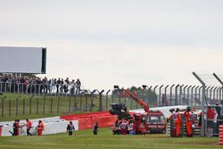 La Sauber C35 de Marcus Ericsson, Sauber F1 Team ramenée aux stands sur un camion après son accident