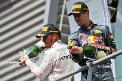 Podio: (da sx a dx): il terzo classificato Lewis Hamilton, Mercedes AMG F1 e il secondo classificato