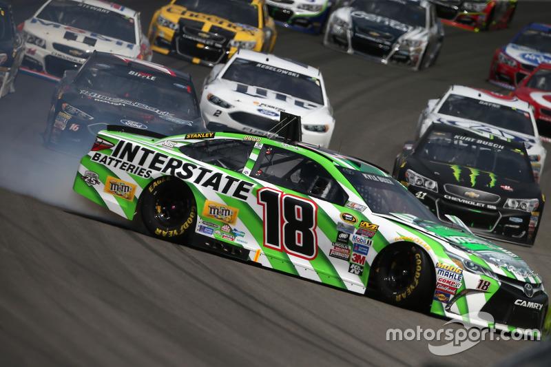 Kyle Busch, Joe Gibbs Racing Toyota, spins