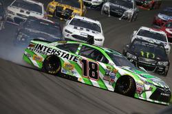 Kyle Busch, Joe Gibbs Racing Toyota, spin atıyor