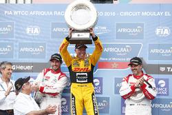 Podio: li vincitore Tom Coronel, Roal Motorsport, Chevrolet RML Cruze TC1, secondo José María López,