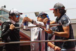 Fernando Alonso, McLaren; Felipe Massa, Williams; Carlos Sainz Jr., Scuderia Toro Rosso, bei der Fah