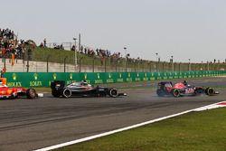 Carlos Sainz Jr., Scuderia Toro Rosso STR11 bloque une roue au freinage devant Fernando Alonso, McLaren MP4-31 et Sebastian Vettel, Ferrari SF16-H