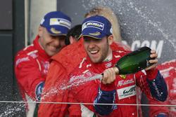 Sam Bird, #71 AF Corse Ferrari F488 GTE viert feest op het podium