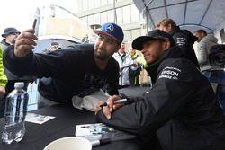 Lewis Hamilton, Mercedes AMG F1 pose pour une photographie avec un fan