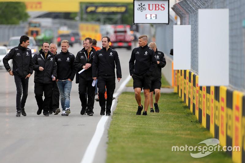 Trackwalk: Kevin Magnussen, Renault Sport F1 Team; Esteban Ocon, Testfahrer, Renault Sport F1 Team