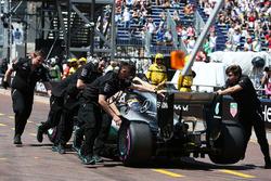 Lewis Hamilton, de Mercedes AMG F1 W07 híbrido se es llevado a los boxes durante la calificación