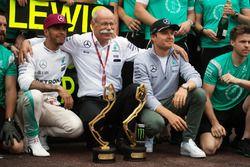 Lewis Hamilton, Mercedes AMG F1, fête sa victoire avec le Dr. Dieter Zetsche, PdG Daimler AG, son coéquipier Nico Rosberg et son team