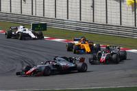 Ромен Грожан, Haas F1 Team VF-18 Ferrari, попереду суперників