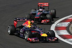 Sebastian Vettel, Red Bull Racing RB9 voor Jenson Button, McLaren MP4-28