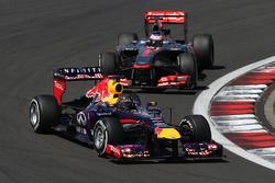Sebastian Vettel, Red Bull Racing RB9 voor Jenson Button, McLaren MP4-28