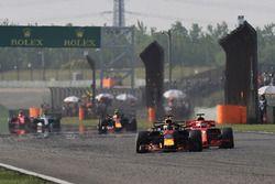 Daniel Ricciardo, Red Bull Racing RB14 et Sebastian Vettel, Ferrari SF71H en lutte