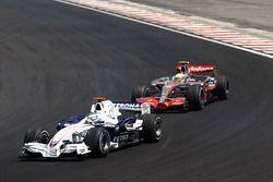 Nick Heidfeld, BMW Sauber F1.07 leads Lewis Hamilton, McLaren MP4-22