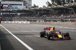 Le vainqueur Max Verstappen, Red Bull Racing RB13, sous le drapeau à damier