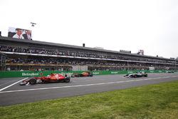 Le poleman Sebastian Vettel, Ferrari SF70H, se met en grille devant Max Verstappen, Red Bull Racing RB13, Lewis Hamilton, Mercedes AMG F1 W08, Valtteri Bottas, Mercedes AMG F1 W08 avant le départ