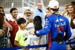 Aficionados haciéndose fotos con Pierre Gasly, Toro Rosso