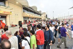 Fans en el Walkabout de pit lane