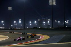 Esteban Ocon, Force India VJM11 Mercedes, devant Nico Hulkenberg, Renault Sport F1 Team R.S. 18, Fernando Alonso, McLaren MCL33 Renault, et Lewis Hamilton, Mercedes AMG F1 W09