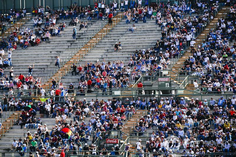Fans en la tribuna