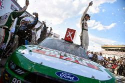 Kevin Harvick, Stewart-Haas Racing with Biagi-Denbeste Racing, Hunt Brothers Pizza Ford Mustang celebrates his win