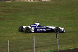 El auto de Juan Pablo Montoya, BMW Williams FW23 después de chocar con Jos Verstappen, Arrows Asiate