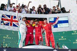 Podio: segundo lugar Lewis Hamilton, Mercedes-AMG F1, ganador de la carrera Sebastian Vettel, Ferrar
