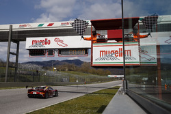 Niklas Nielsen, Formula Racing, prende la bandiera a scacchi