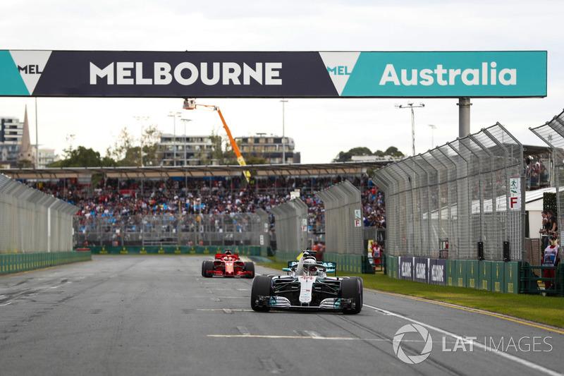 Lewis Hamilton, Mercedes AMG F1, rayakan pole position di trek lurus Albert Park