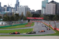 Départ : Daniel Ricciardo, Red Bull Racing RB14 devant Carlos Sainz Jr., Renault Sport F1 Team R.S. 18