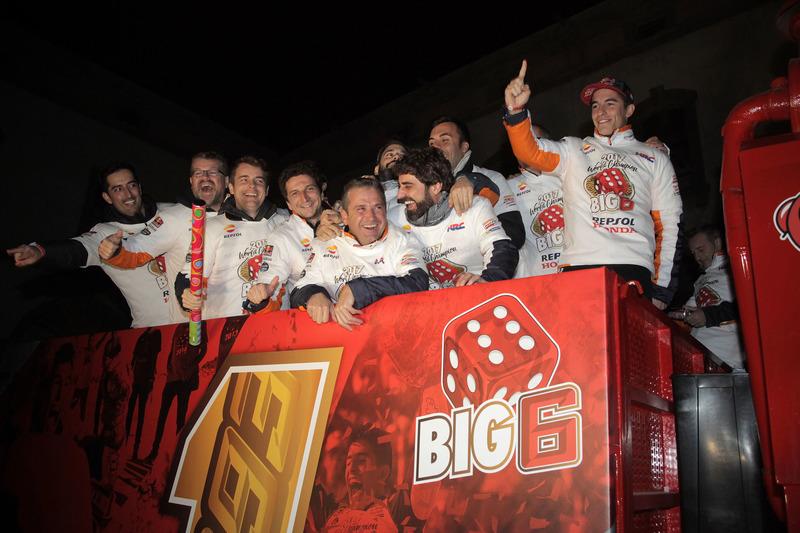 Marc Márquez en zijn teamleden vieren de titel