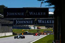 Валттери Боттас, Mercedes AMG F1 W08, и Кими Райкконен, Ferrari SF70H