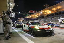 #91 Porsche GT Team Porsche 911 RSR: Richard Lietz, Frédéric Makowiecki i en pits