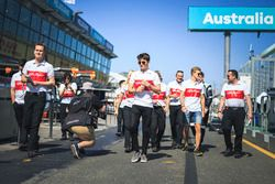 Charles Leclerc, Alfa Romeo Sauber F1 Team ve Marcus Ericsson, Alfa Romeo Sauber F1 Team pist yürüyü
