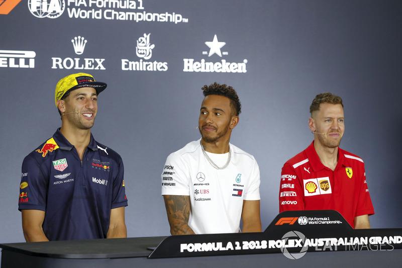 Daniel Ricciardo, Red Bull Racing, Lewis Hamilton, Mercedes AMG F1, e Sebastian Vettel, Ferrari, na coletiva de imprensa dos pilotos