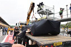 De gecrashte wagen van Lewis Hamilton, Mercedes-Benz F1 W08 wordt teruggebracht naar de pits