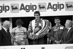 Podio: il vincitore della gara Alain Prost, McLaren, il secondo classificato Michele Alboreto, Ferra