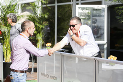 Zak Brown, Director Ejecutivo McLaren Technology Group, con Cyril Abiteboul, director de Renault Sport F1 Team