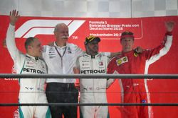 Podio: segundo lugar Valtteri Bottas, Mercedes-AMG F1, Dr. Dieter Zetsche, CEO de Daimler AG, ganador de la carrera Lewis Hamilton, Mercedes-AMG F1 y tercer lugar Kimi Raikkonen, Ferrari