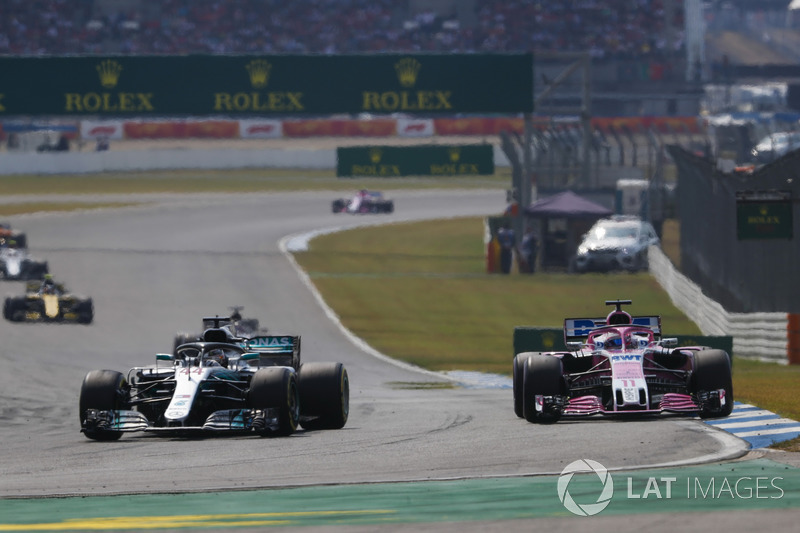 Lewis Hamilton, Mercedes AMG F1 W09, adelanta a Sergio Perez, Force India VJM11