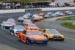 Brad Keselowski, Team Penske, Ford Fusion Autotrader ed Erik Jones, Joe Gibbs Racing, Toyota Camry DeWalt