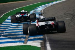 Sergey Sirotkin, Williams FW41, devant Romain Grosjean, Haas F1 Team VF-18