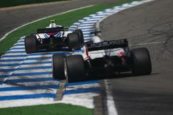 Sergey Sirotkin, Williams FW41, delante de Romain Grosjean, Haas F1 Team VF-18