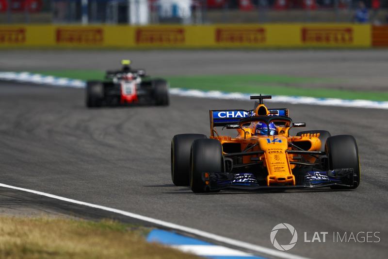 Fernando Alonso, McLaren MCL33, za nim Kevin Magnussen, Haas F1 Team VF-18
