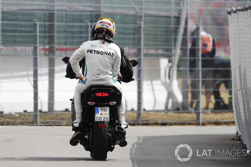 Lewis Hamilton, Mercedes AMG F1, torna ai box sul retro di uno scooter