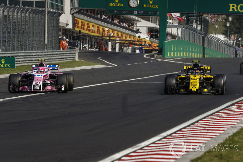 Esteban Ocon, Force India VJM11, lucha con Carlos Sainz Jr., Renault Sport F1 Team R.S. 18
