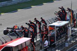 Daniel Ricciardo, Red Bull Racing RB14 crosses the line