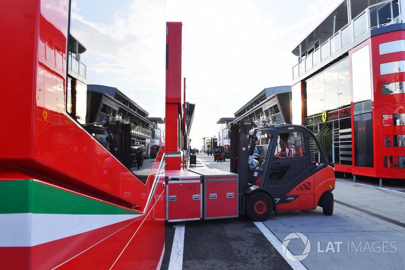 Carga de DHL y Ferrari